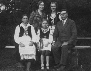 Klaipėdos krašto ūkininko A. Stubros šeima su rašytoja I. Simonaityte | asmeninė nuotr.