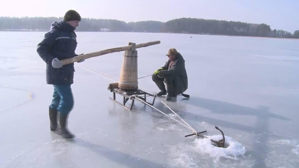 """Senovinis stintelių ir seliavų gaudymas žiemą sukant """"bobas"""" ant ežero ledo   lnkc.lt.lt nuotr."""