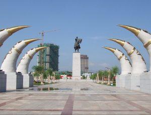 Monumentas Čingischanui Hohoto mieste, šiaurės Kinijoje | Wikipedia.org nuotr.