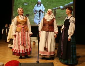 Raudondvaryje išsiskleidė visų Lietuvos regionų tautiniai drabužiai| Kauno rajono savivaldybės nuotr.
