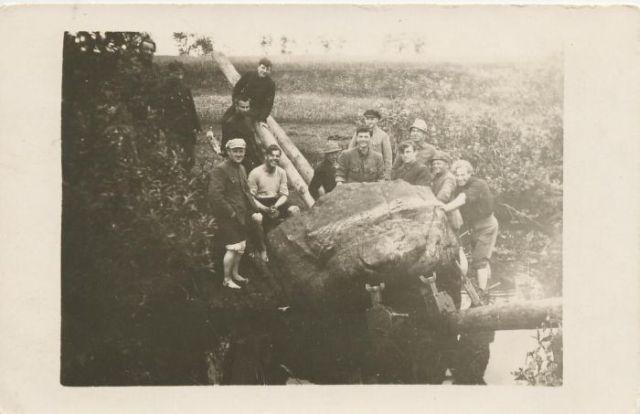 Dotnuviai šauliai gabena iš Dotnuvėlės akmenį būsimam paminklui, 1923 m.   Archyvinė nuotr.