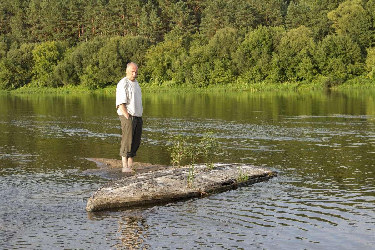 Čia Nemuno vidury netooli Nemunaičio sėkliuj įstrigus sena valtis.Iš jos ir paminklas jai auga - trys beržai.