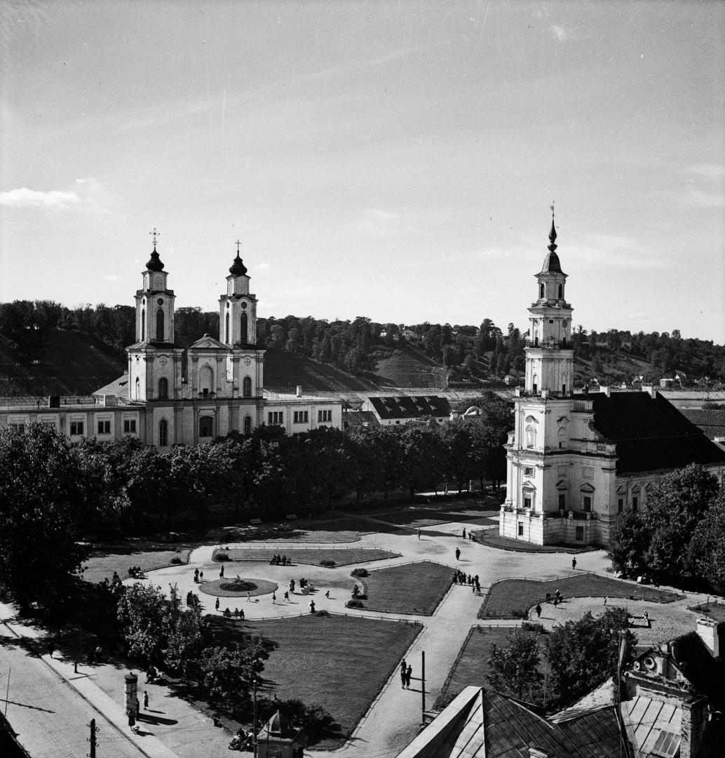Rotušės aikštė iš Šv. apaštalų Petro ir Povilo arkikatedros bazilikos bokšto. Kaunas, 1935-1939 m.   V. Augustinas, Lietuvos nacionalinio muziejaus nuotr.