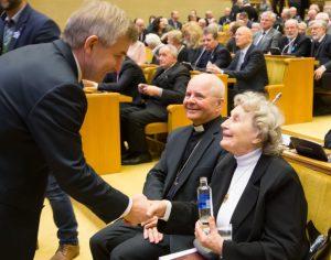 Ar nuoširdžiai Seimo pirmininkas Viktoras Pranckietis sveikina Nijolę Sadūnaitę... | lrs.lt, O. Posaškovos nuotr.
