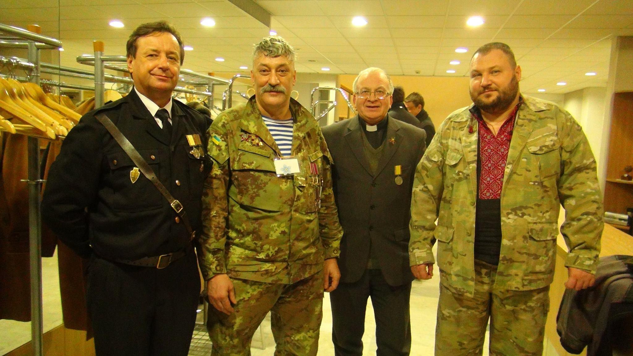 Ginklo broliai: Aukščiausiosios Tarybos gynėjai Antanas Kliunka ir kunigas Robertas Grigas su kariais ukrainiečiais | Archyvinės nuotr.