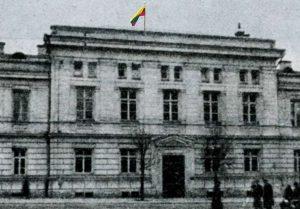 Vilnius, Gedimino pr. 13. Lietuvos Valstybės Tarybos pastatas, žvelgiant iš Vilniaus gatvės.