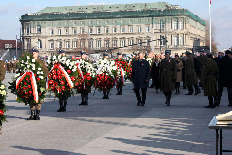 2. Eisena su vainikais prie Nežinomo kareivio kapo Varšuvojej | Wikipedia.org nuotr.