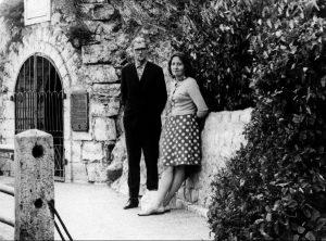 Marcelijus Martinaitis su Gražina Martinaitiene 1966 m. rugsėjo mėn., Piatigorske, prie Michailo Lermontovo grotos | Lietuvos rašytojų sąjungos leidyklos nuotr.