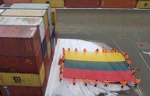 Klaipėdos uoste – 100 metrų ilgio trispalvė iš konteinerių bei milžiniškos vėliavos ant kranų | Klaipėdos miesto savivaldybės nuotr.
