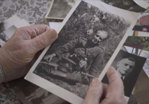 Adolfo Ramanausko-Vanago nuotrauka brolio Albino Ramanausko rankose | Filmo kūrėjų nuotr.