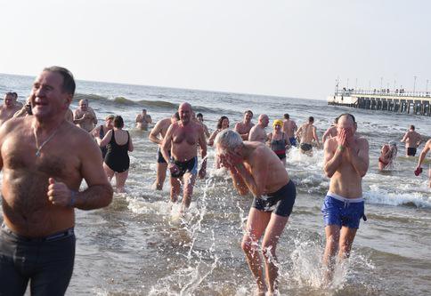 Šimtai žmonių paniro į ledines Baltijos jūros bangas | K. Bondar nuotr.