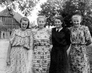 Pokario Žemaitijos merginos. Margos suknelės, balti bateliai... | Asmeninė nuotr.