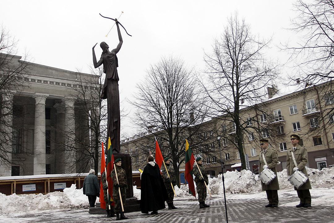 """1. Skulptūra ,,Žinia"""" prie M. Mažvydo Nacionalinės bibliotekos (1)"""