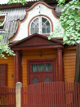 Vilnius, Žvėryno rajonas. Pušų g. 26. Šiaurės fasado fragmentas su priebučiu ir frontonu | A. Stabrausko nuotr.