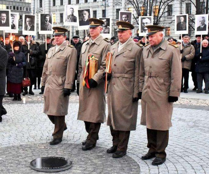 Kapsulės su Laisvės kovų relikvijomis atnešamos į Lukiškių aikštę 2018 m. sausio 12 d.   Rengėjų nuotr.
