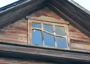 Vilnius, Žvėryno rajonas. Medinių namų puošyba. langų įstiklinimas. Žiemgalių g. 12. Šiaurės fasado rizalito langas | A. Stabrausko nuotr.