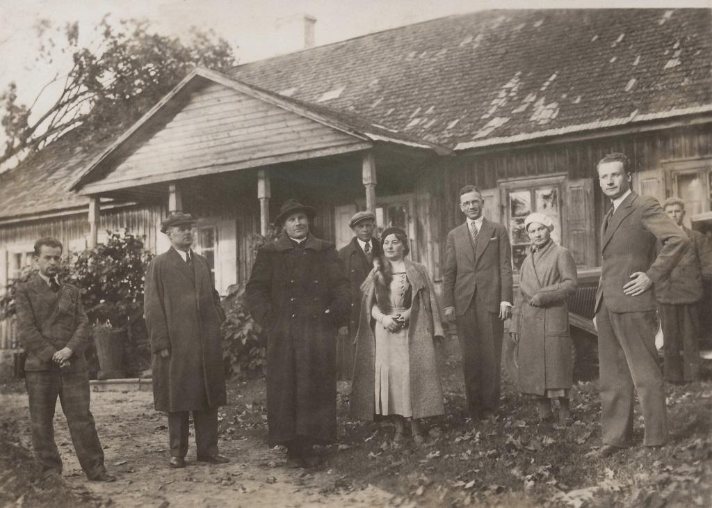 Kunigas Nikodemas Švogžlys su svečiais prie senosios klebonijos pastato (dabar - Bažnyčios reliktų muziejus) | Valstybinio Kernavės kultūrinio rezervato direkcijos archyvo nuotr.