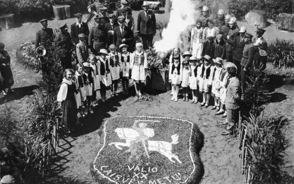 Lietuvos valstybės atkūrimo dešimtmetį minint. Autorius nežinomas. 1938 m.| E. Šiaučiūnaitės asmeninio archyvo nuotr.