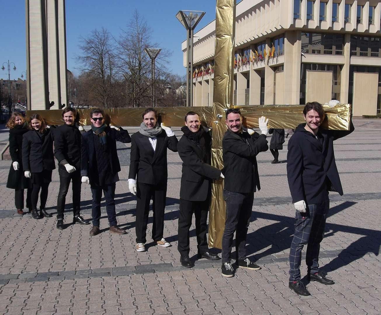 Kovo 27 d. jaunieji aktoriai Teatro dienos proga visai kultūrai pastatė auksinį kryžių | Alkas.lt, J. Vaiškūno nuotr.