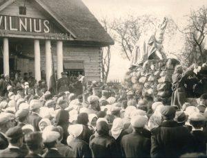 Paminklo Geležiniam Vilkui - Vilniaus simboliui - atidengimas. Autorius nežinomas, 1934 m. | Valstybinio Kernavės kultūrinio rezervato direkcijos archyvo nuotr.