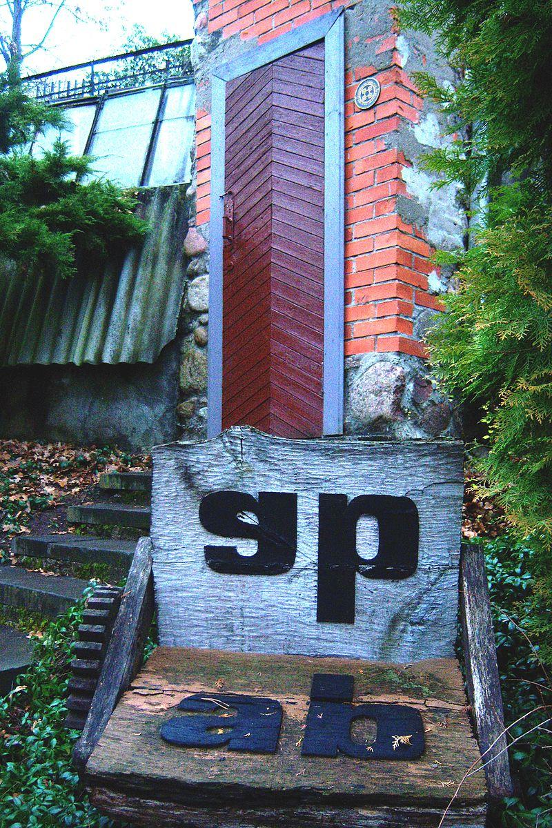 Įėjimas į muziejų šalia šiltnamio sodyboje | Wikipedia.org nuotr.