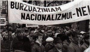 """""""Buržuazinį nacionalizmą"""" smerkiantis mitingas, kurį 1988 m. suorganizavo komunistinė Lietuvos valdžia. Nuotrauka iš to meto spaudos"""