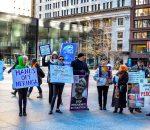 """Prie teismo rūmų Čikagoje žmonės surengė piketą """"Čikaga su Neringa"""", kurio dalyviai su plakatais ir transparantais išreiškė savo palaikymą ryžtingai kovotojai prieš pedofilų klaną   Rengėjų nuotr."""