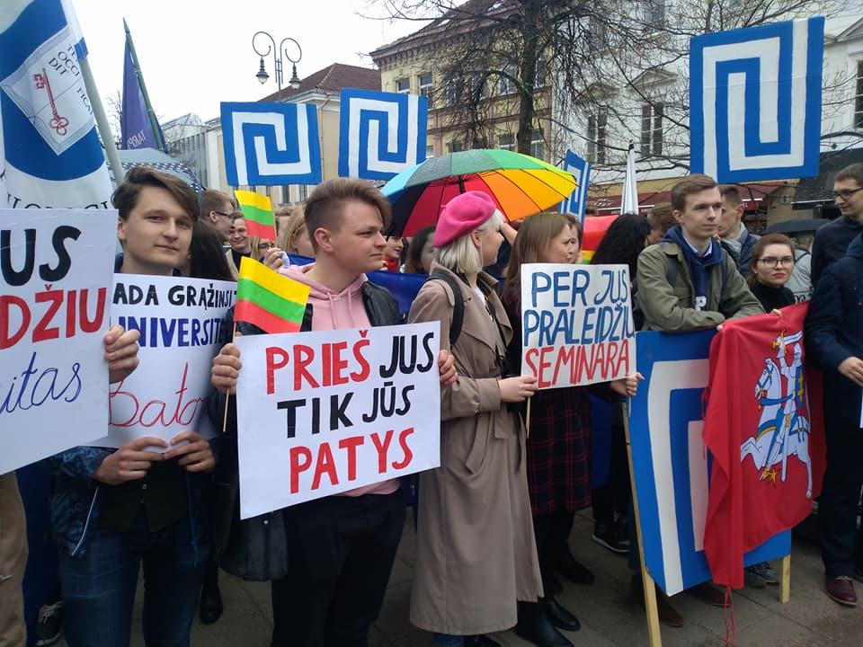 Protesto akcijos dalyvius pasitiko būrelis TSPMI vadovybės palaikytojų   Alkas.lt, T. Baranausko nuotr.