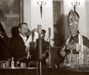Išrinktojo Prezidento Antano Smetonos priesaiką priima arkivyskupas Juozapas Skvireckas. Kaunas, 1938 m. gruodžio 12 d. | Bačkaičio nuotr. LCVA.