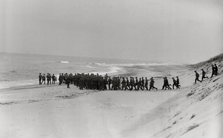 J. Miežlaiškis. Lakūnai-kursantai aplanko Baltijos pajūrį. Palanga. 1937 m. | Vytauto Didžiojo karo muziejaus archyvo nuotr.