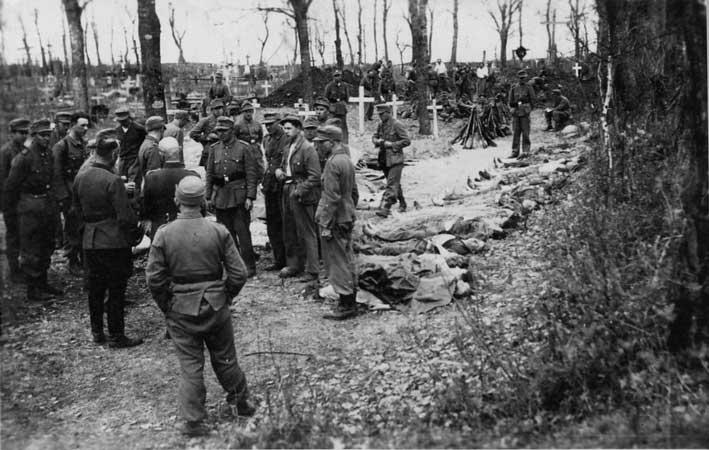 1944 m. pavasaris. Lietuvos Vietinės rinktinės kariai atpažįsta kautynėse su Armija Krajova, įvykusiose ties Graužiškiais, žuvusius kovos draugus | Archyvinė nuotr.