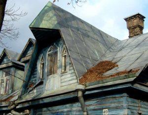 Vakarų fasado fragmentas su dešiniuoju frontonu / A. Stabrausko nuotr.