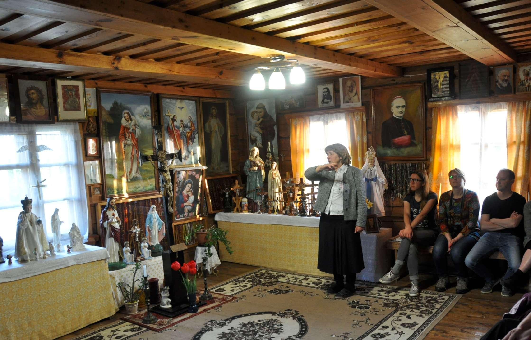 Keturnaujienos koplyčios viduje   V. Davydovo nuotr.