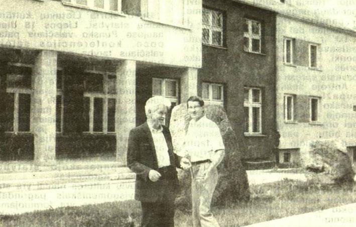 Romas Vitkauskas su savo pavaduotoju Klemensu Jurkūnu prie Punsko savivaldybės pastato 1990 m. | punskas.pl nuotr.