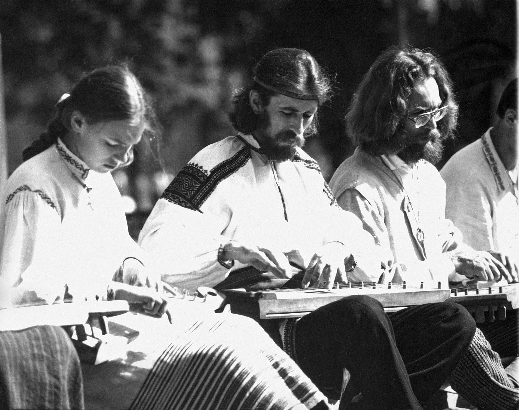 """Saulė Vakrinaitė, Valdis Muktupavelas ir Evaldas Vyčinas kankliuoja festivalyje """"Skamba skamba kankliai"""". Apie 1983m.   asmeninė nuotr."""