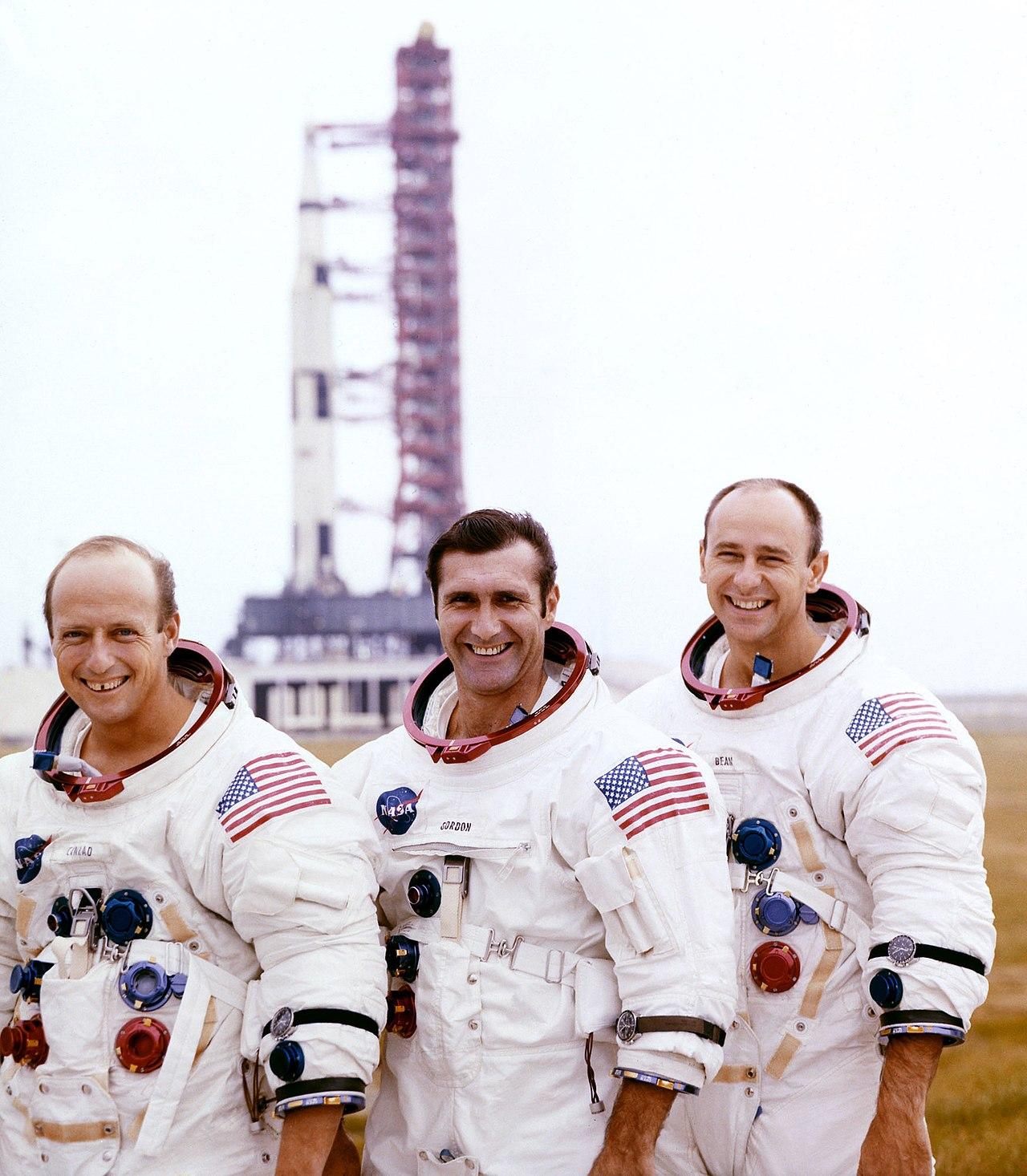 """""""Apollo 12"""" įgula. Iš kairės į dešinę: Pitas Konradas (Pete Conrad) (1930-1999), Dikas Gordonas (Dick Gordon) (1929-2017) ir Alanas Bynas (alan Bean) (1932-2018)   Wikipedia.org nuotr."""