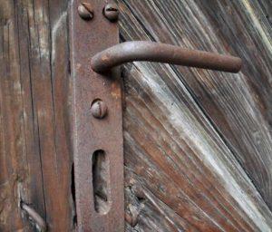 VilniusVilnius, Žvėryno r.,Latvių g. 28. Pietų fasado durys / A. Stabrausko nuotr.