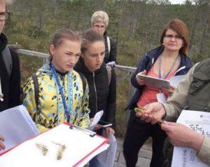Mokiniai ir mokytoja gamtoje | vstt.lt nuotr.