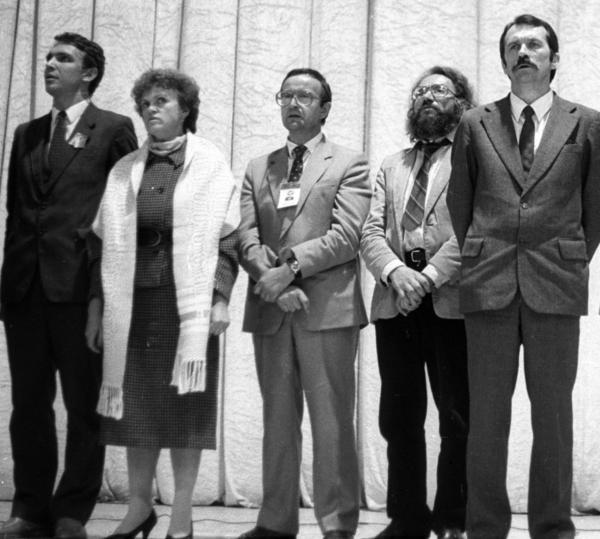 Lietuvos persitvarkymo Sąjūdžio pradininkas, filosofas Arvydas Juozaitis (kairėje) - LPS steigiamajame suvažiavime | Respublika.lt nuotr.