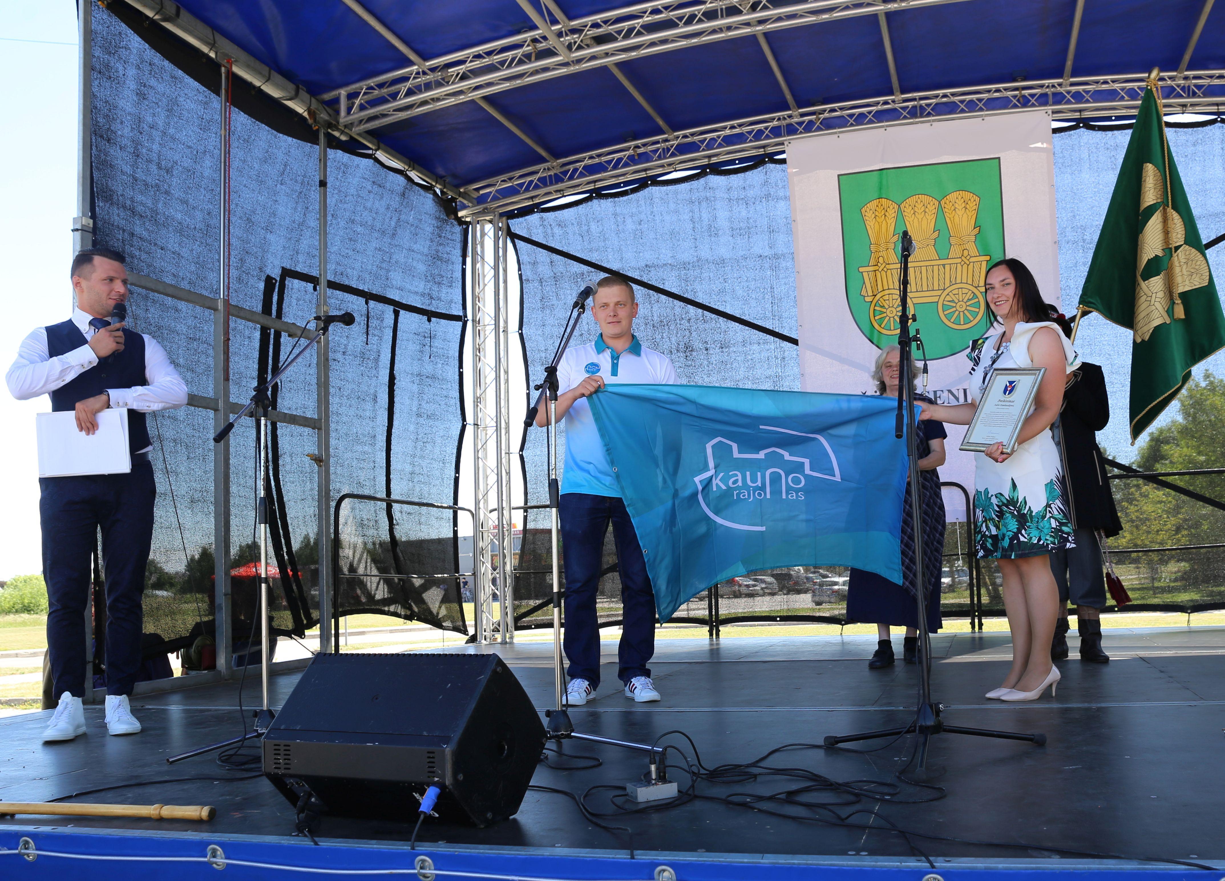 Alšėniškiai pašventino savo vėliavą | Kauno rajono savivaldybės nuotr.