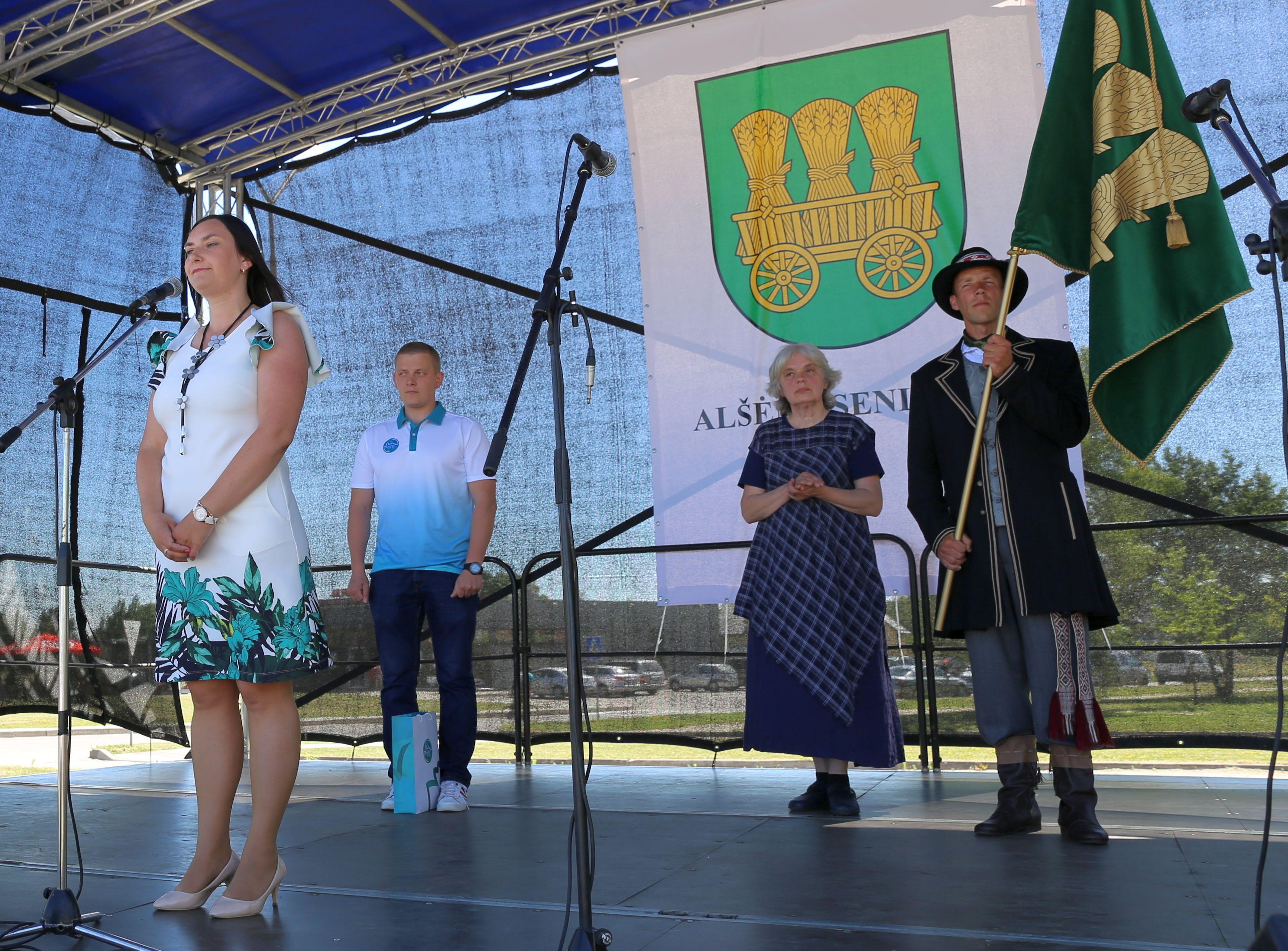 Alšėniškiai pašventino savo vėliavą   Kauno rajono savivaldybės nuotr.