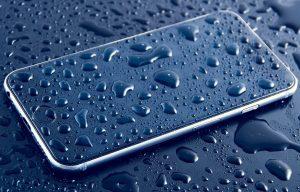 Maudynių sezonas prasidėjo: pasitikrinkite, ar jūsų išmanusis yra atsparus vandeniui | Pixabay nuotr.