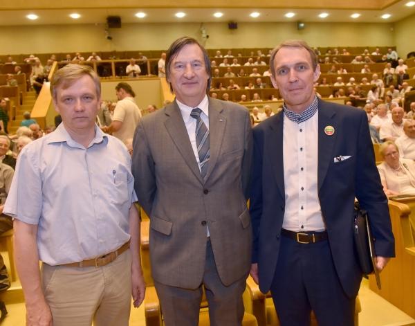 Sąjūdžio iniciatyvinės grupės nariai ArvydasJuozaitis (dešinėje), Zigmas Vaišvila (kairėje) ir Estijos laiudies fronto (Rahvarinne) atstovas Martas Tarmakas - Sąjūdžio 30-mečio minėjime | Respublika.lt nuotr.
