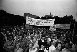 Lietuvos laisvės lygos ir Blaivybės sąjūdžio demonstracija Lietuvos ir Tarybų Rusijos 1920 m. sutarčiai paminėti   LRS archyvas, A. Ališausko nuotr.