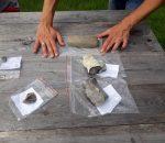Nors daugeliui rastas daiktas gali atrodyti esąs paprasčiausias akmuo, archeologai- istorikai nustatė, kad tai akmens amžiaus kirvukas (tarp rankų). Kiti radiniai- titnago gabalai, skirti peiliams, žeberklams ir kt. gaminti   P. Mart nuotr.