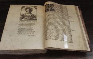 Bonos atvaizdas ir ją giriančios eilės Chronica Polonorum | Lietuvos mokslų akademijos Vrublevskių bibliotekos nuotr.