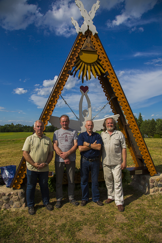 Kūrybinio projekto gimtajam kaimui autorius Albinas Kuliešis (nuotraukos dešinėje) su vaikystės draugais. Iš kairės: Liudas Kibickas, Stasys Bartkevičius, Zigmas Andrijauskas | A. Kuliešio nuotr.