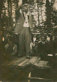 Vydūnas diriguoja šventėje ant Rambyno. Apie 1930 m. | Archyvinė nuotr.