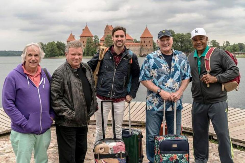 H.Vinklerisr, Henry Winkler, William Shatner, Jeff Dye, Terry Bradshaw and George Foreman in front of Trakai Castle in Lithuania | forbes.com, Dž. Dobsono nuotr. .Šatneris, Dž. Dai, T. Bredšou and G. Fomenas prie Trakų pilies | forbes.com, Dž. Dobsono nuotr.
