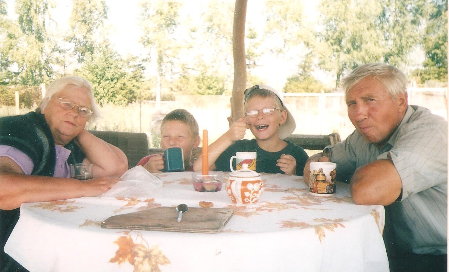 3.Su anūkais Vincu ir Vladu Pigašių kaime (Širvintų rajonas). 2002 m. | Asmeninio albumo nuotr.